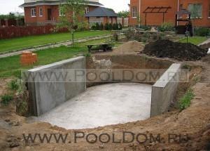 Площадка для овалных бассейнов с опорными стенками из бетона