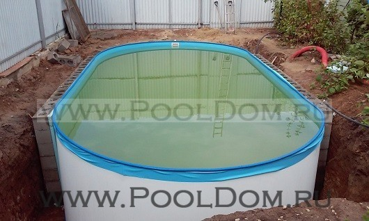 Наполненный бассейн ещё не фильтровался